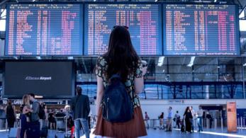 Una donna di spalle in aeroporto.