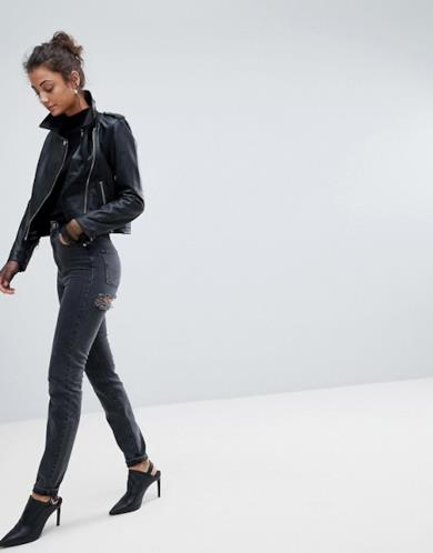 Jeans skinny neri con strappi sotto il gluteo