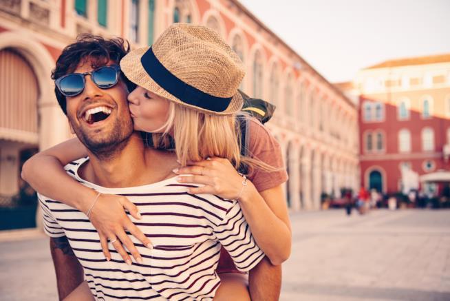 Una coppia in giro per la città unita e sorridente