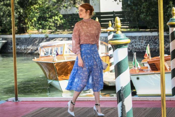 Emma Stone in abito bicolor a Venezia 75