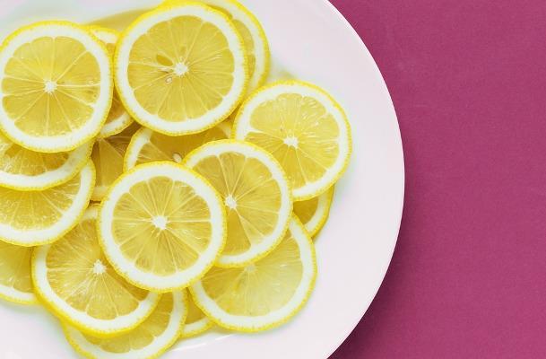 Fettine di limone su un piatto