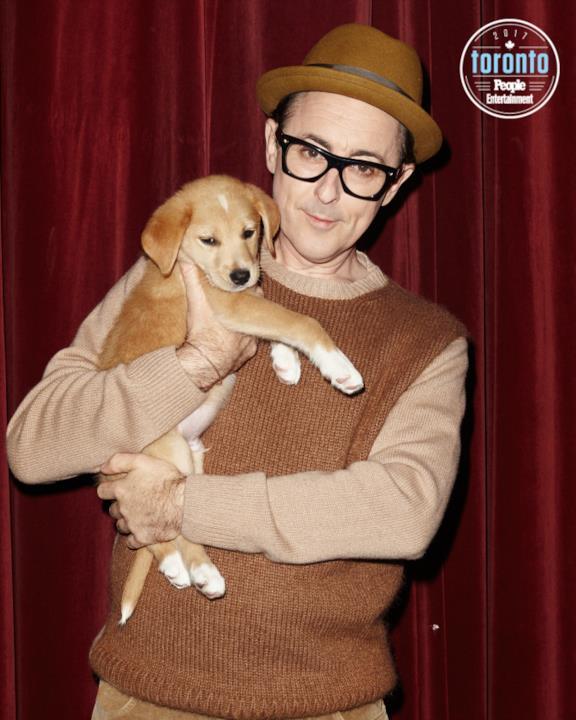 Alan Cumming tiene un cucciolo in braccio