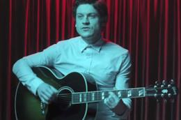 Iwan Rheon con la chitarra in mano