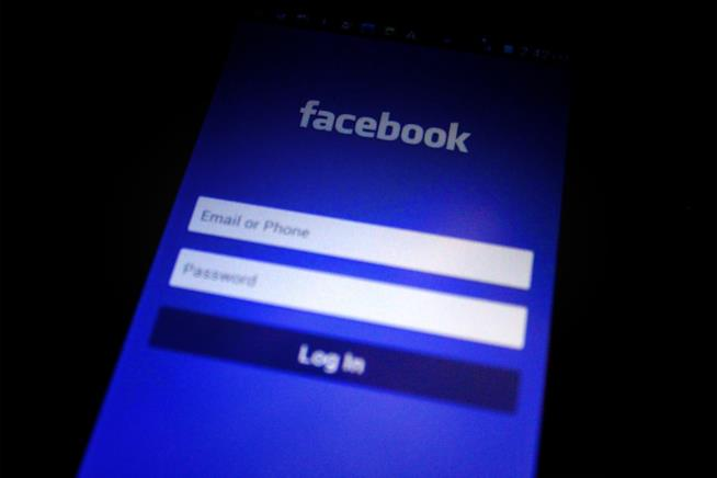 Uno smartphone con la schermata iniziale di Facebook.