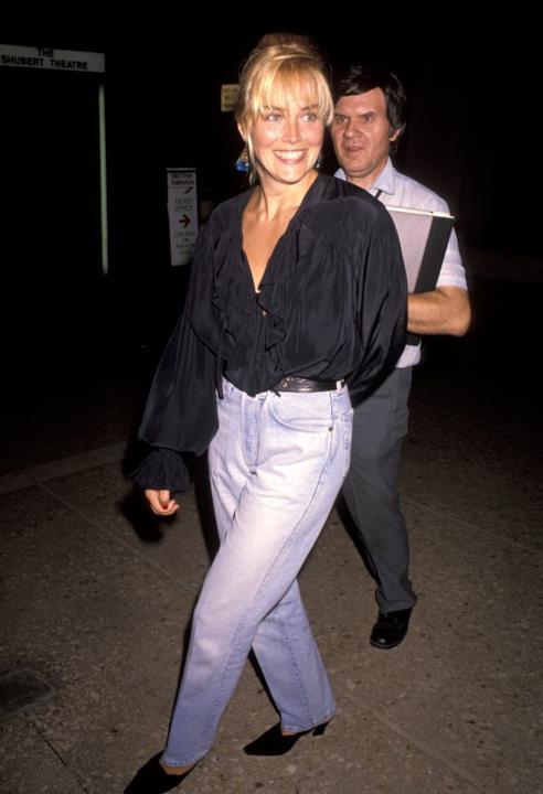 Sharon Stone in jeans e camicia nera