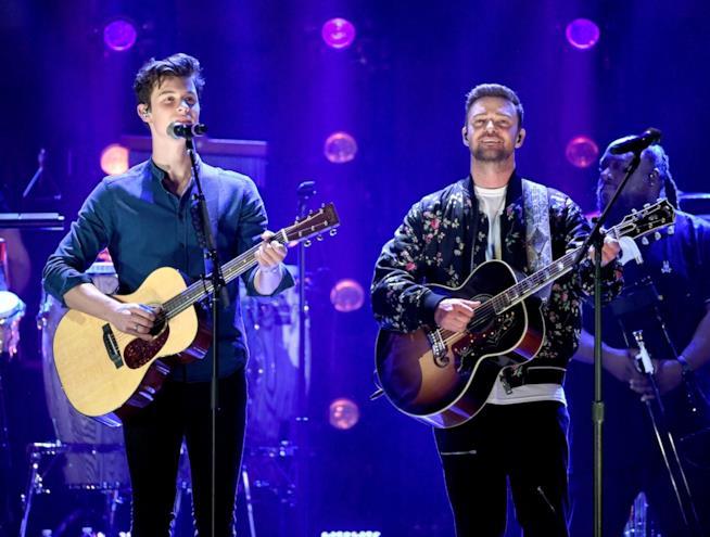 Shawn Mendes e Justin Tuimberlake sul palco insieme