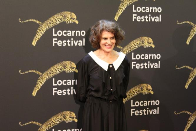 Fanny Ardant sorride per i fotografi sul red carpet di Locarno 70