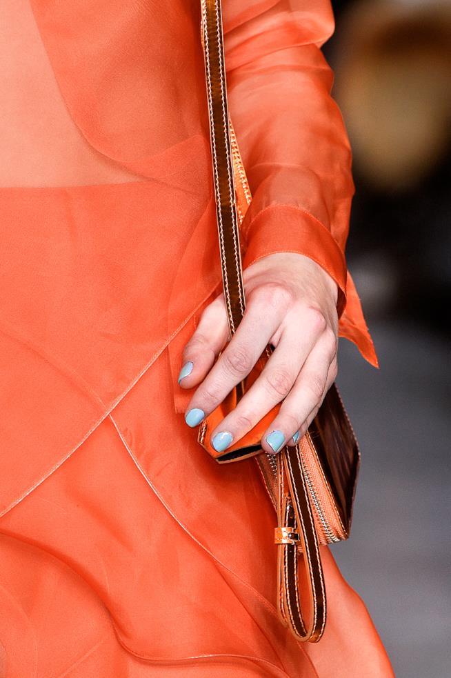 Nail art semplice con smalto blu chiaro