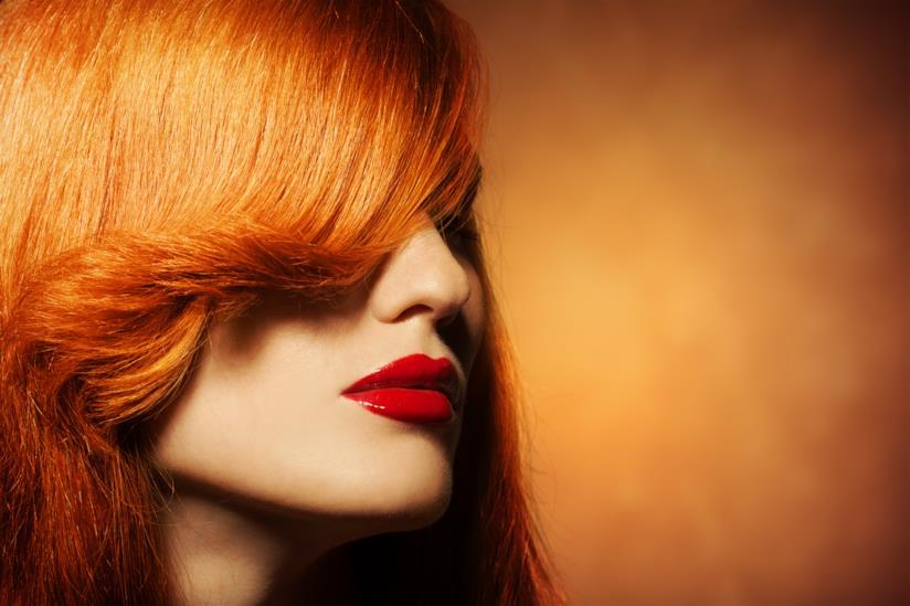 Ragazza con frangetta, capelli rossi e rossetto