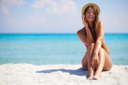 Una giovane donna si gode le vacanze al mare