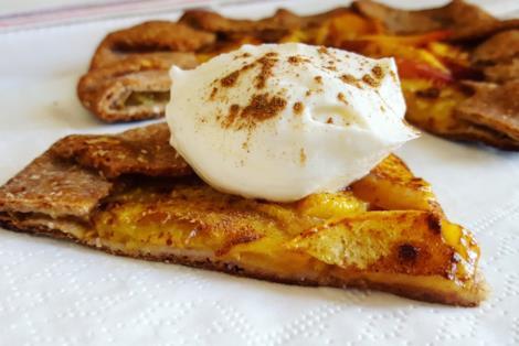 Fetta di crostata con frutta e crema sopra