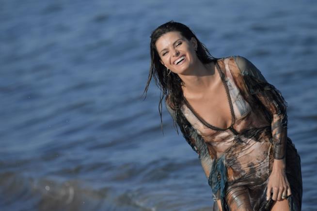 Isabeli Fontana fa il bagno vestita a Venezia