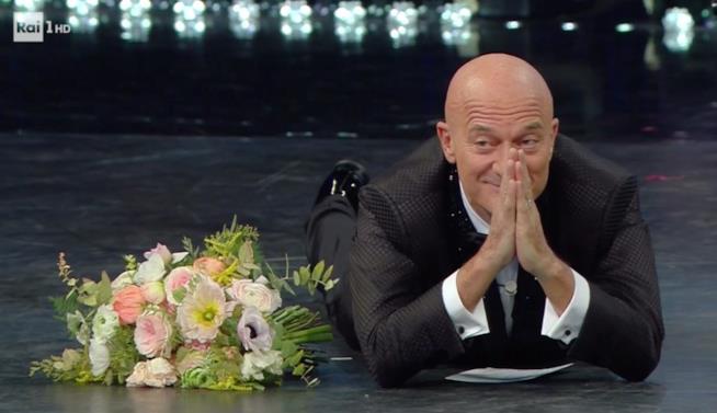 Claudio Bisio sdraiato sul palco dell'Ariston