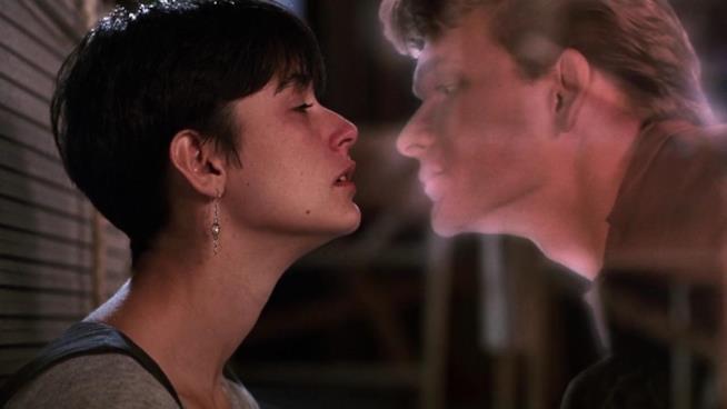 Patrick Swayze oramai fantasma bacia l'amata Demi Moore