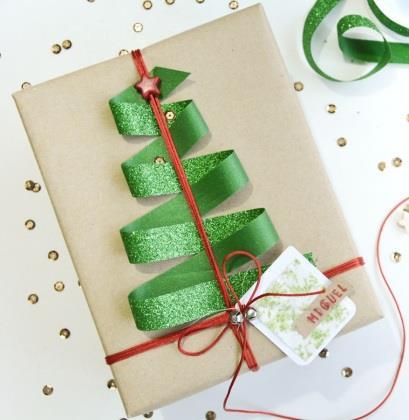 Pacchetto natalizio con nastri rosso e verde