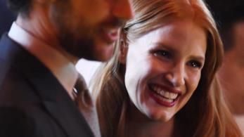 Jessica Chastain sorride, accanto a lei il compagno Gian Luca Passi de Prepusulo