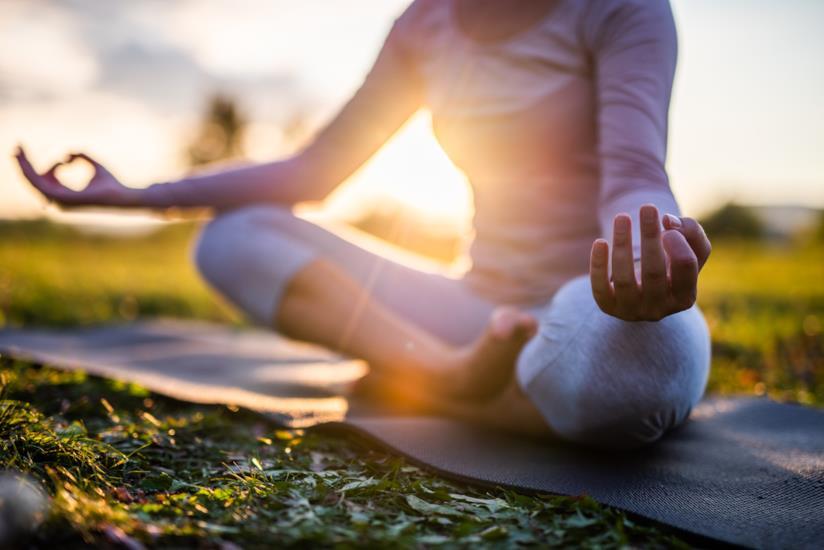 Yoga col sole sullo sfondo