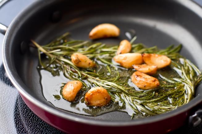 Padella con il soffritto di aglio e rosmarino