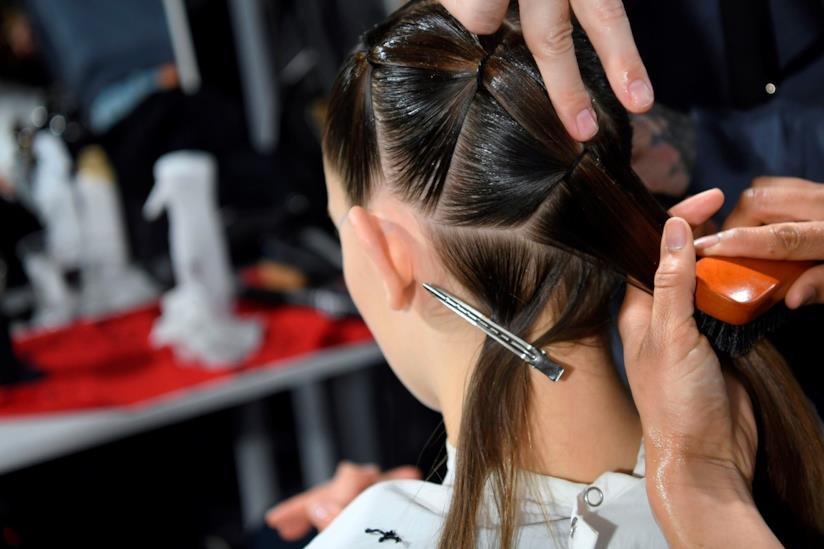Modella con capelli raccolti