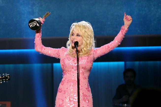 Dolly Parton esulta agli 11mi Annual ACM Honors