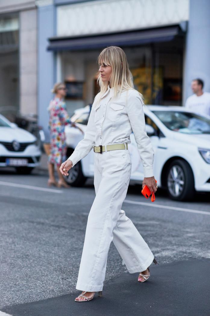 Outfit casual con camicia bianca con pantaloni palazzo bianchi