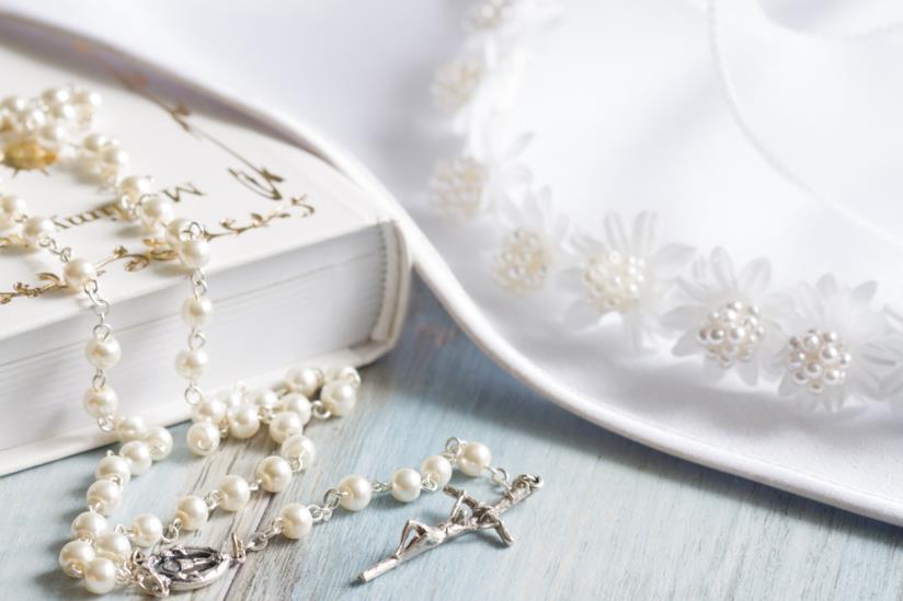 Bibbia su un tavolo con crocifisso e drappo bianco
