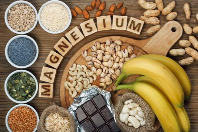 Un tavolo con gli alimenti ricchi di magnesio