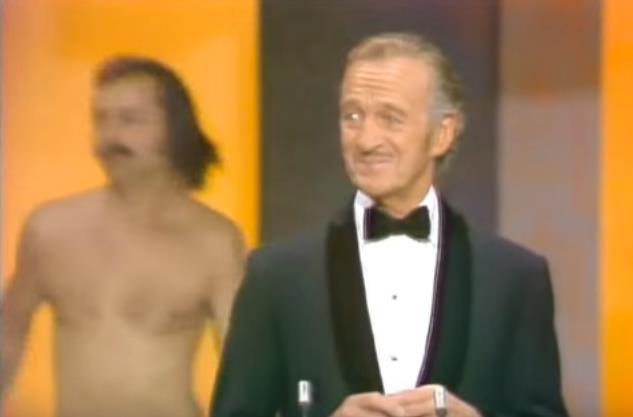 David Niven presenta gli Oscar mentre un uomo nudo fa irruzione sul palco