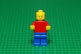 Omino LEGO su sfondo verde