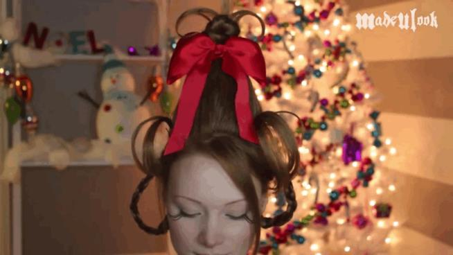 Una ragazza con fiocco a Natale