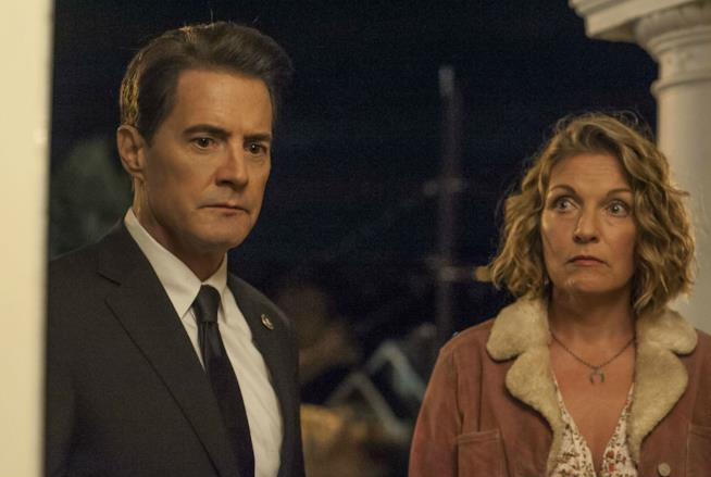 Laura Palmer e l'agente Cooper in una scena di Twin Peaks 3