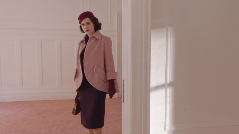 Mrs Maisel e la sua passione per i cappelli e le borse