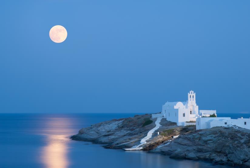 Monastero a picco sul mare illuminato dalla luna.