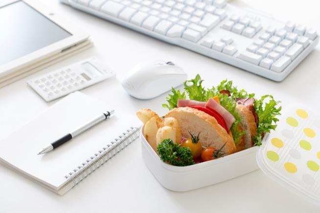 cibo al lavoro, sulla scrivania