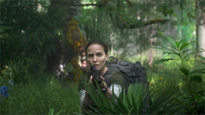 Natalie Portman imbraccia un fucile mentre esplora le giungla di Annihilation