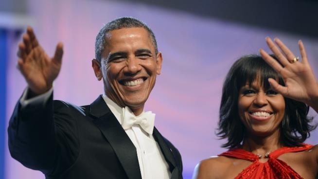 Barack e Michelle Obama salutano gli astanti