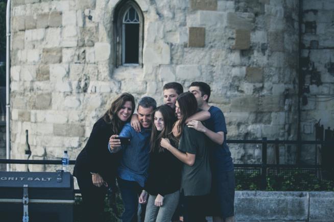 Gruppo di amici si scatta un selfie