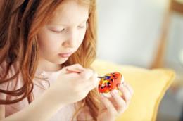 Bambina dipinge un uovo