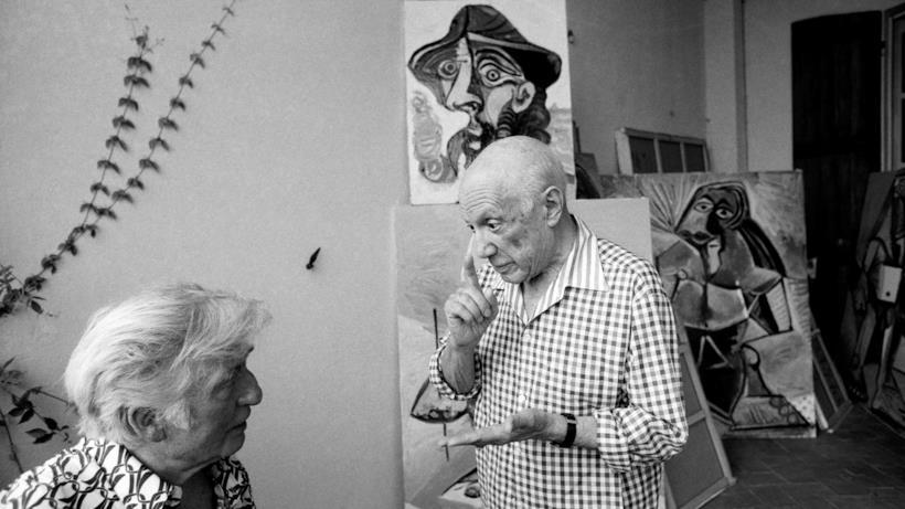L'artista Pablo Picasso tra i suoi quadri