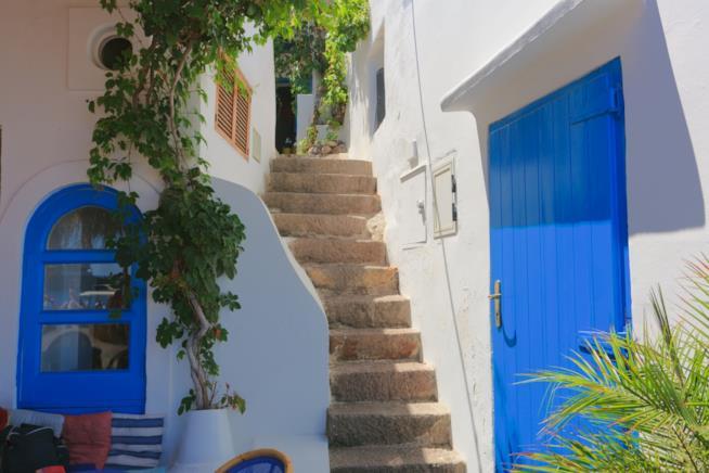 Tipiche case in calce bianca a Panarea