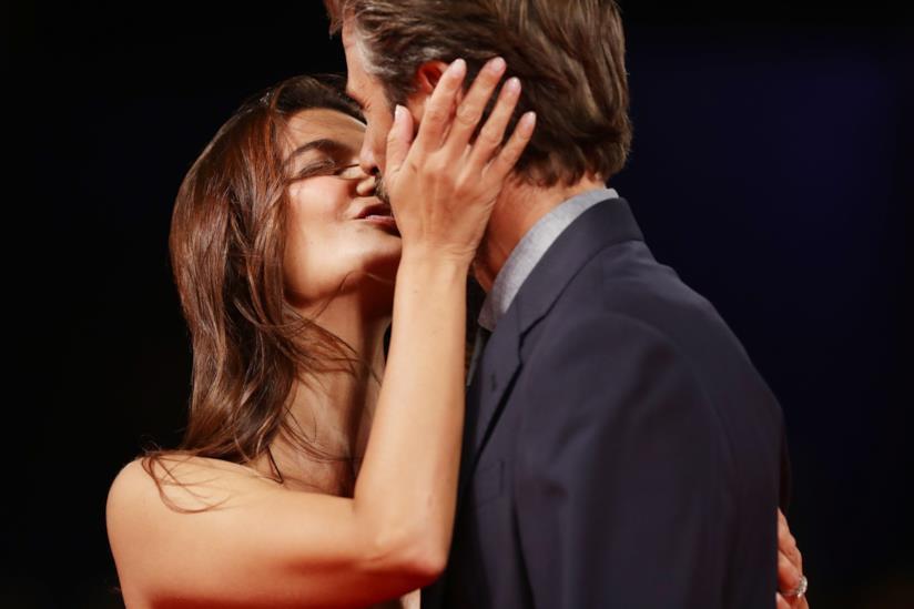 Ilaria Spada e Kim Rossi Stuart si baciano
