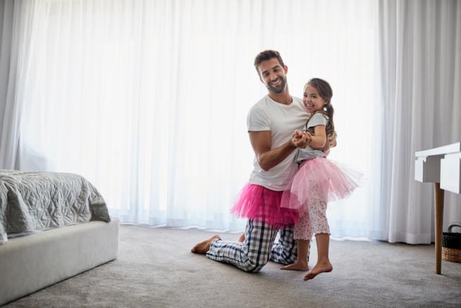 Padre e figlia con il tutù da ballo