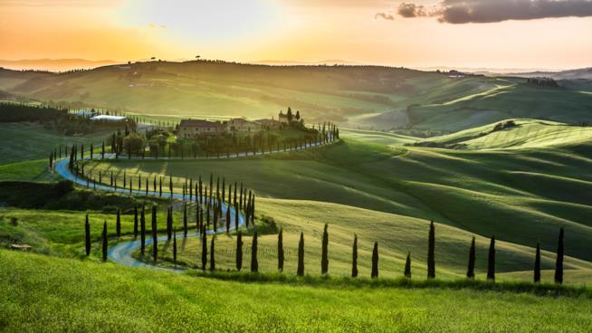 Le colline verdi, un sole al tramonto, un panorama calmo e rilassante