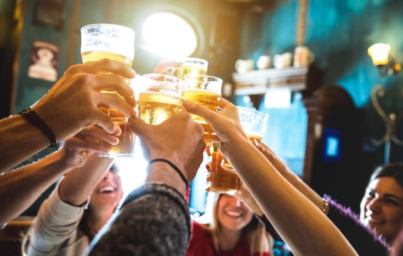 Persone che bevono: un trend in chiara diminuzione