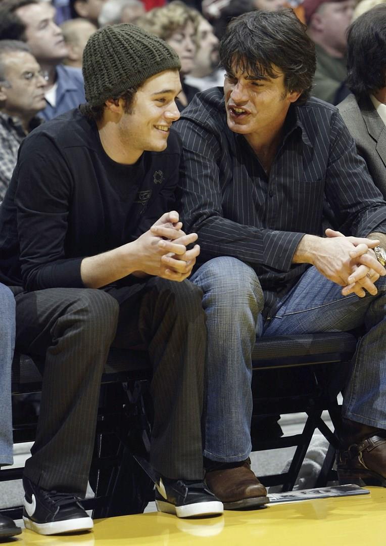 Peter Gallagher e Adam Brody
