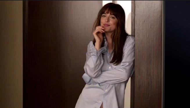 Dakota Johnson in una scena di Cinquanta sfumature