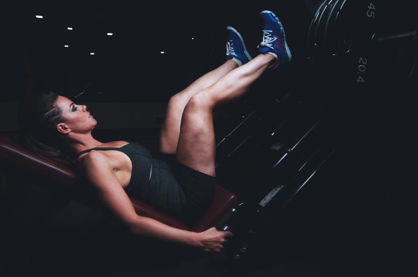 Una donna che esegue degli esercizi in palestra.