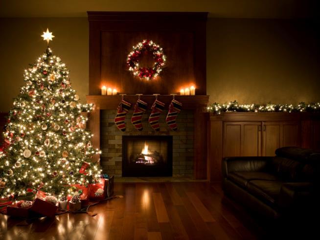 Sala decorata con l'albero di Natale e altri addobbi tipici