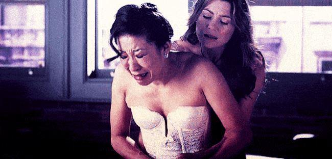 Meredith abbraccia Cristina, appena abbandonata all'altare da Burke