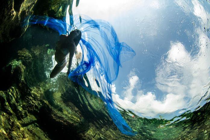 Modella nuota nel mare